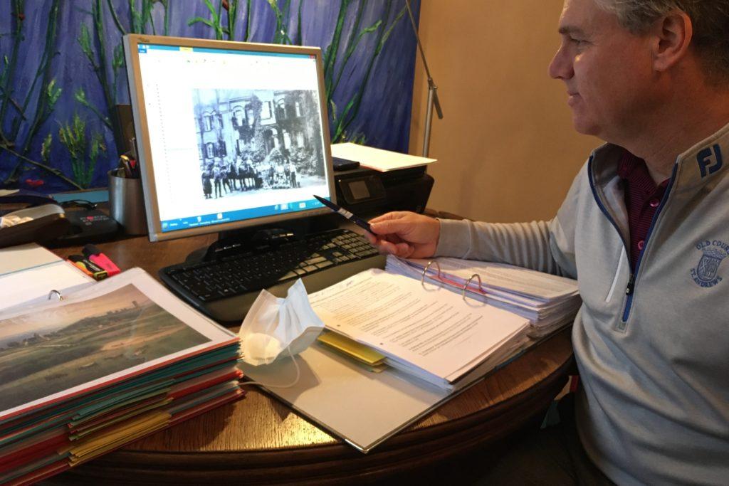 Klaus-Peter Schulte hat 12 Aktenordner mit Fotos und Dokumenten zusammengetragen.