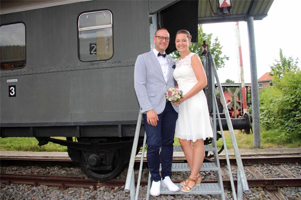 Meike Wensing und Andreas Schlamann waren eines von 22 Paaren, die 2020 im historischen Waggon am Eisenbahnmuseum geheiratet haben.