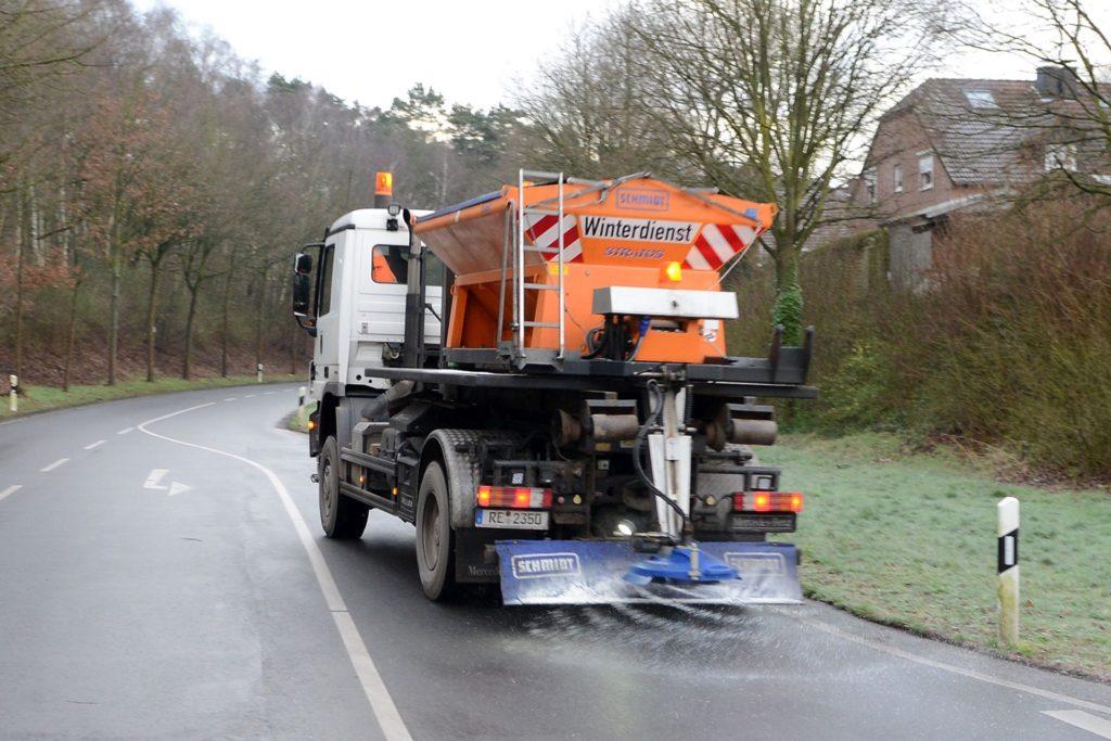 Ein Winterdienst-Fahrzeug der Stadt im Einsatz.