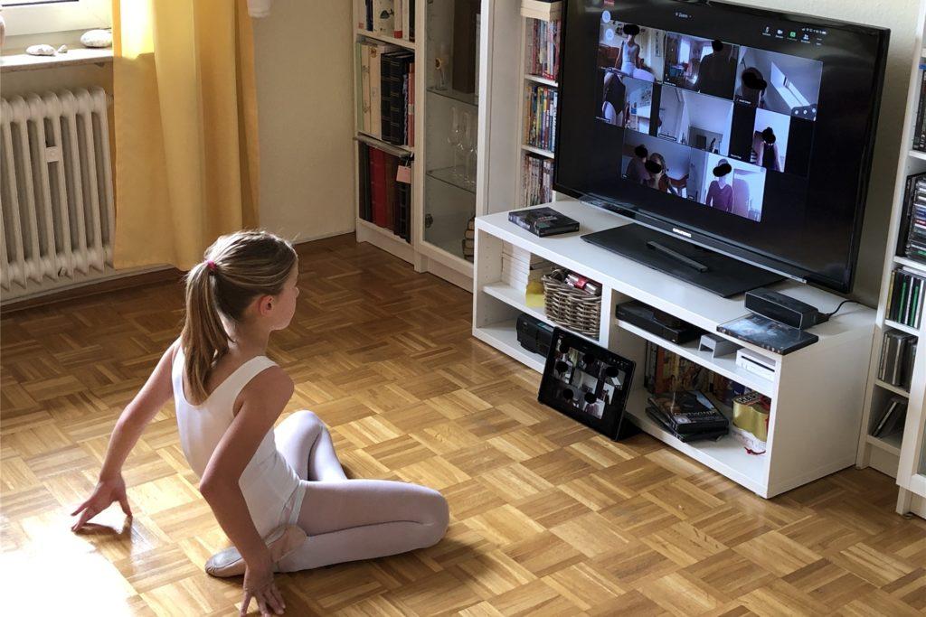 Annika (10) verfolgt ihren Online-Ballettunterricht. Das ist sehr engagiert von ihrer Ballettlehrerin. Aber richtigen Unterricht fände sie schöner.