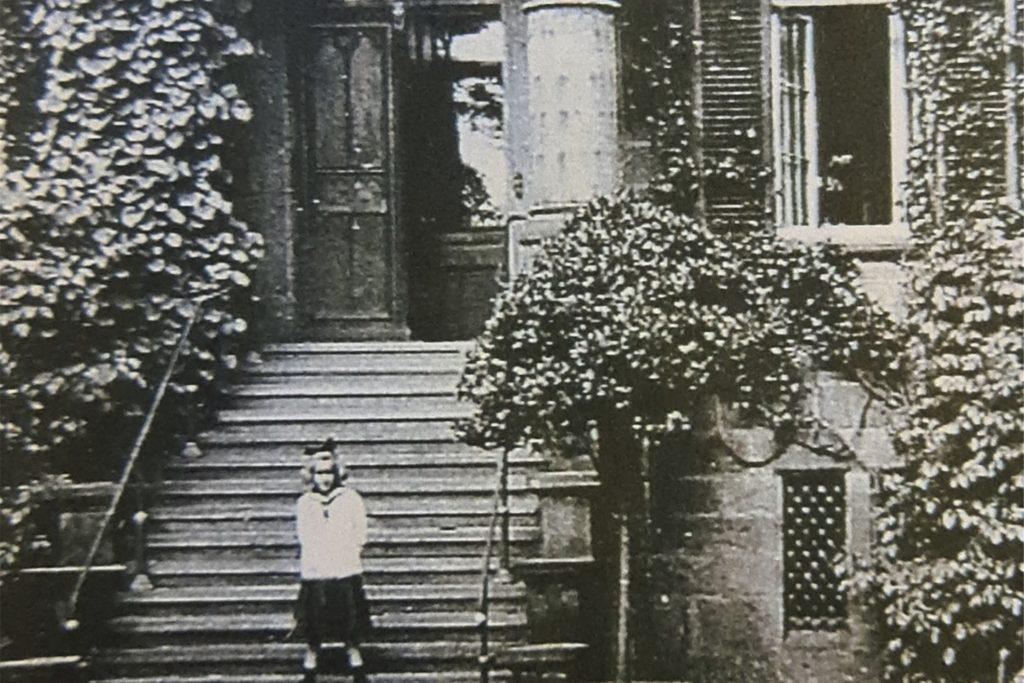 Vermutlich ist es die junge Freya, die hier im Eingang des Haupthauses zu sehen ist.