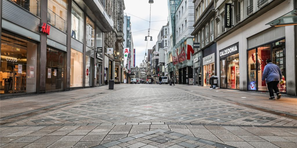 Lockdown in Dortmund, der Westenhellweg ist oft fast menschenleer. Viele Einzelhändler in der City und auch in den Stadtteilen haben ihren Warenverkauf auf einen Liefer- und Abholservice umgestellt. In ganz Deutschland gilt bis Ende Januar weiterhin ein harter Lockdown, um die Ausbreitung des Coronavirus zu bremsen.