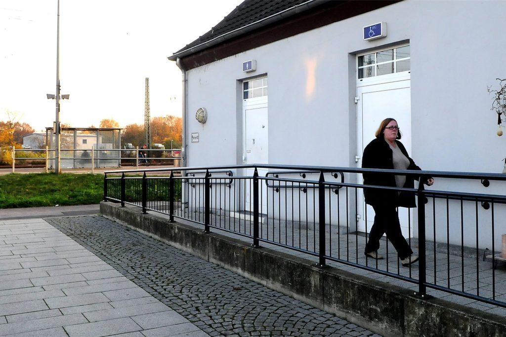 Die öffentliche Toilette der Caritas am Bahnhofsgebäude ist in Betrieb.