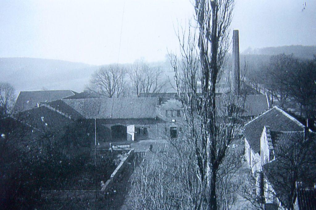 Zum Wirtschaftsteil des Guts gehörte auch eine Kornbrennerei mit 30 Meter hohem Schornstein (hinten rechts).