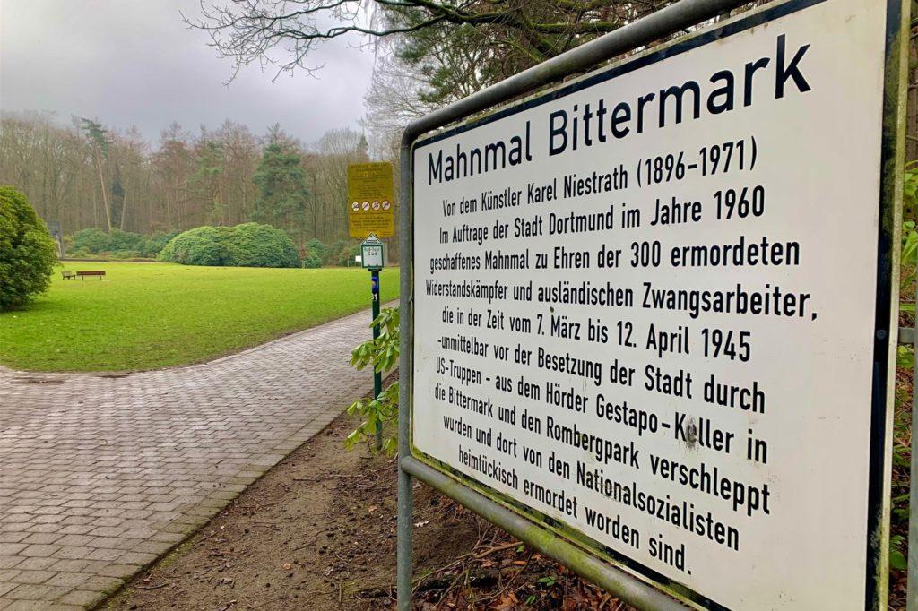 Große Infotafeln weisen auf den historischen Ort in der Bittermark und die hier geschehenen Gräueltaten hin.