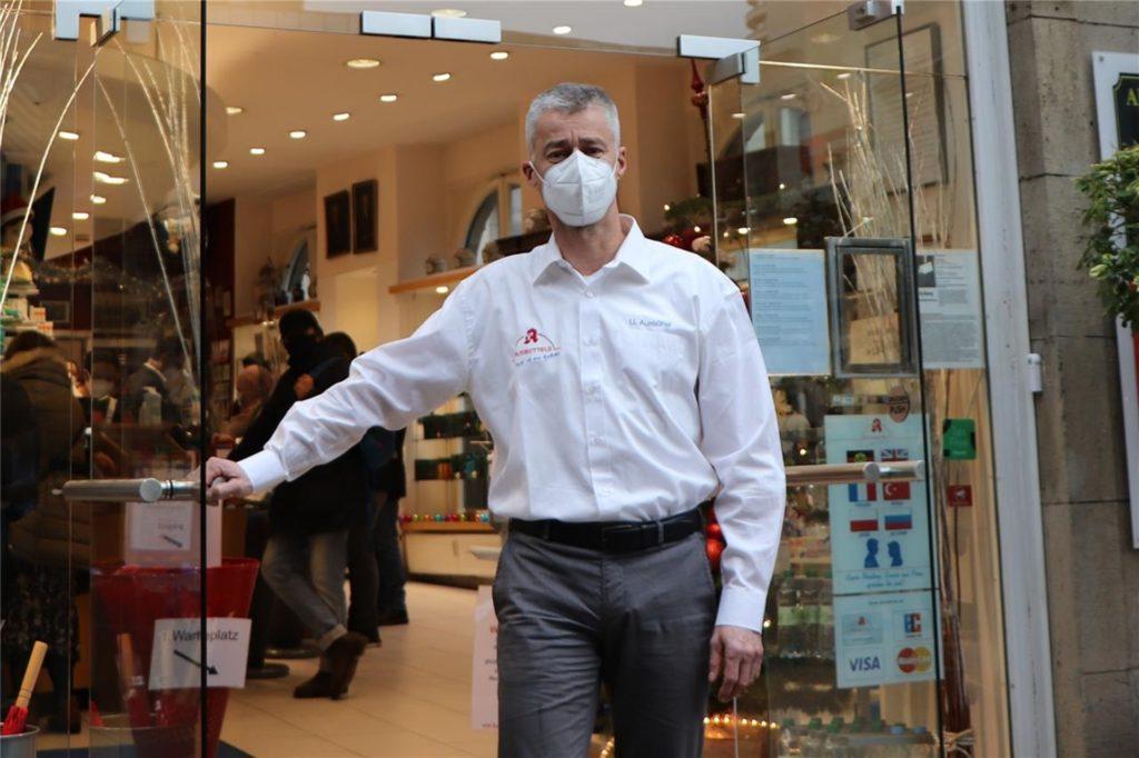 Der Apotheker Ulrich Ausbüttel hofft, dass mit den neuen Bezugsscheinen, die Abgabe von Schutzmasken