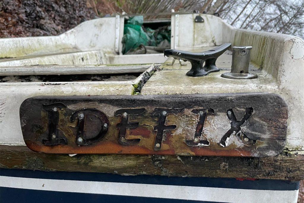 Am Heck befindet sich der Namenszug des Bootes: