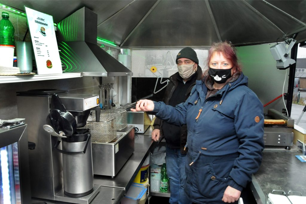 Der Klassiker Currywurst-Pommes und die selbstgemachten Frikadellen sind die Renner am Imbisswagen von Vincenzo Catania und Katrin Rohn in Villigst.