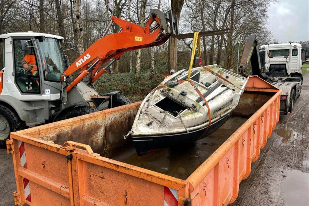 Das Boot wurde zum Wertstoffhof transportiert.