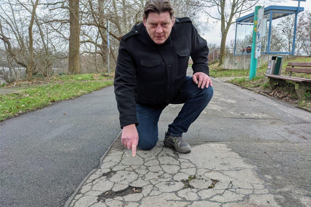 Marcus Rehagel, Anwohner des benachbarten Marienviertels, weist auf die vielen Schlaglöcher hin, die schon zu Stürzen von alten Menschen geführt haben.