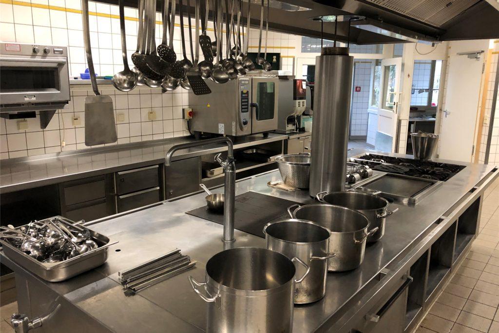 In der großen Küche müsse man einige Geräte tauschen - ansonsten sieht Tobias Brun hier nicht so viel Sanierungsbedarf.