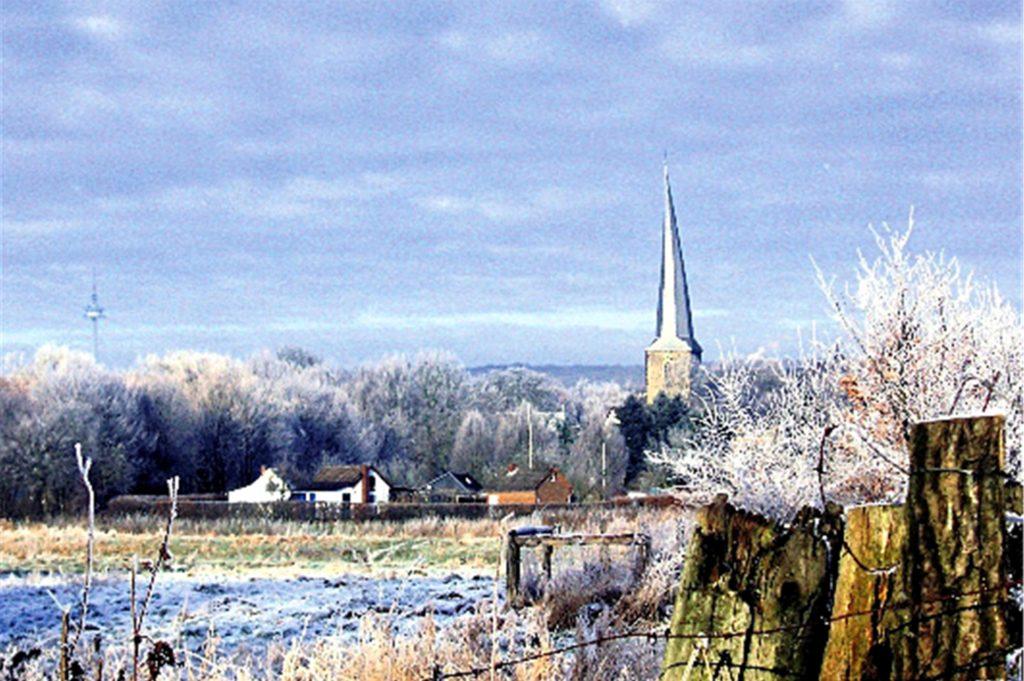 Fast wie ein Gemälde wirkt das Foto der schneebedeckten Ruhrwiesen vor der Kulisse der Viktorkirche im Eiswinter 2009.