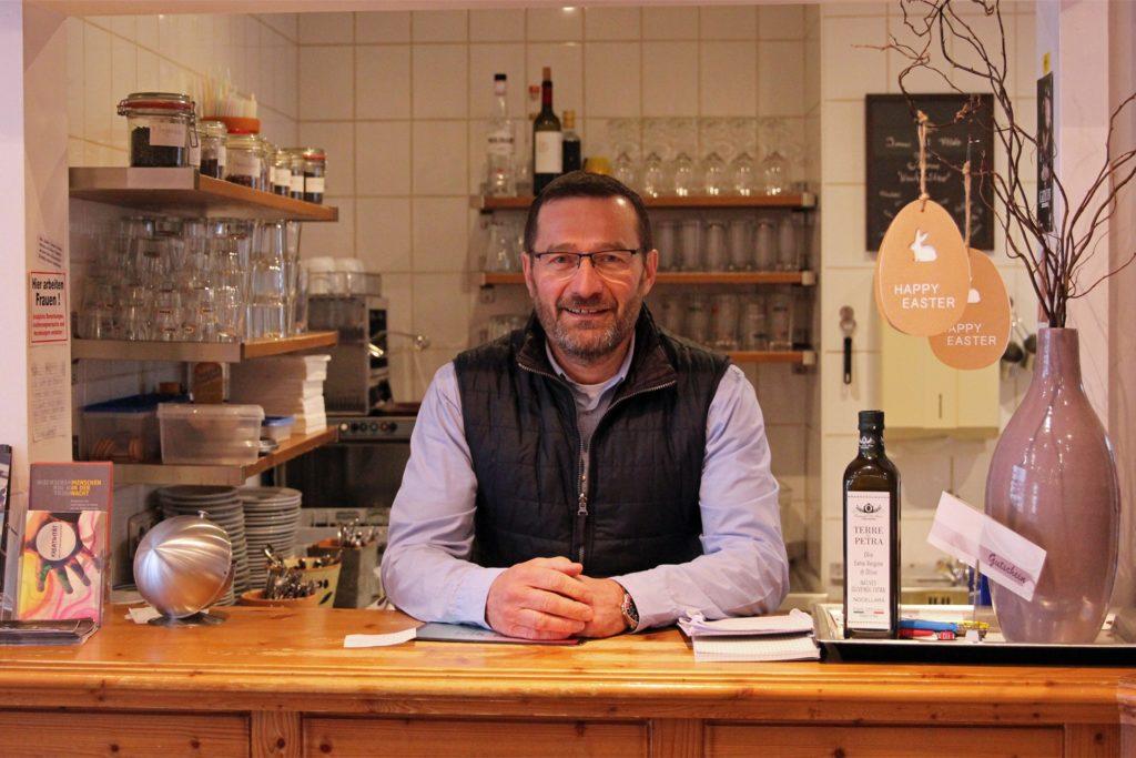 """Aldo Segat, Besitzer des """"Il Caffé"""", hat noch nicht ans Aufhören gedacht. Dass es die """"Residenz"""" bald nicht mehr geben wird, sei """"so traurig"""", sagt er."""
