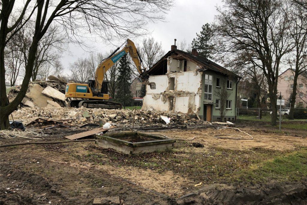 Ein Abrissbagger rückt derzeit gegen 18 Häuser in Brechten vor. Das Gebiet wird komplett überplant