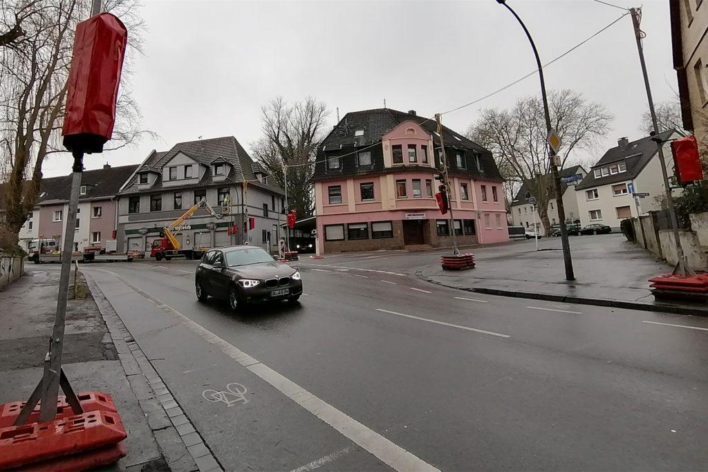 Am Donnerstag bereiteten Verkehrstechniker die Baustellen-Umleitung vor und richteten eine provisorische Ampelanlage an der Einmündung Ammerstraße.