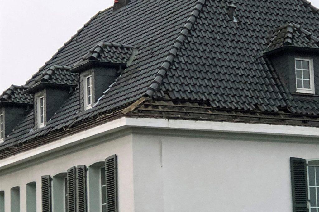 Die unteren Dachziegel sind bereits entfernt. Der Start des Abrisses des ehemaligen Hauses der Familie Leenders dauert aber noch.