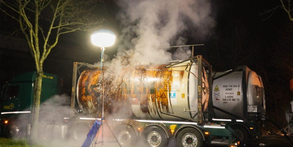 Während der Abpumparbeiten traten am Freitagabend plötzlich gefährliche Substanzen aus, weshalb die ABC-Spezialeinheit ein zweites Mal zu dem umgestürzten Tanklastzug ausrücken musste.