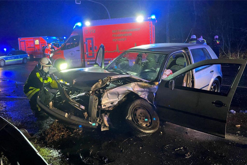 Die beteiligten Unfallfahrzeuge wurden total zerstört.