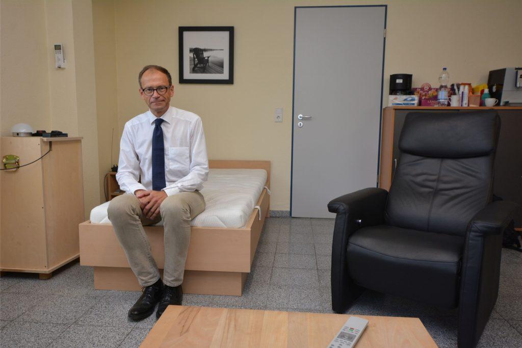 Die Rettungswache Olfen im Gebäude des Bauhofes ist kaum mehr als ein Provisorium - zumindest bei einem 24-Stunden-Betrieb. DRK-Vorstand Christoph Schlütermann sitzt auf dem Bett, das jetzt mitten im Raum steht.