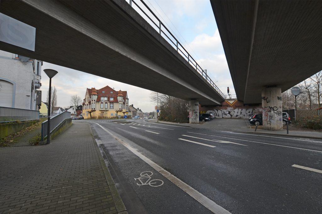 Auf dem Pendlerparkplatz (halb rechts im Bild) kam es zum Schusswaffengebrauch durch die Polizei. Nach einer Verfolgungsfahrt durch das Stadtteilviertel stellte sich der Beschuldigte schließlich am Kreisverkehr Ammerbaum (links in der Bildmitte).