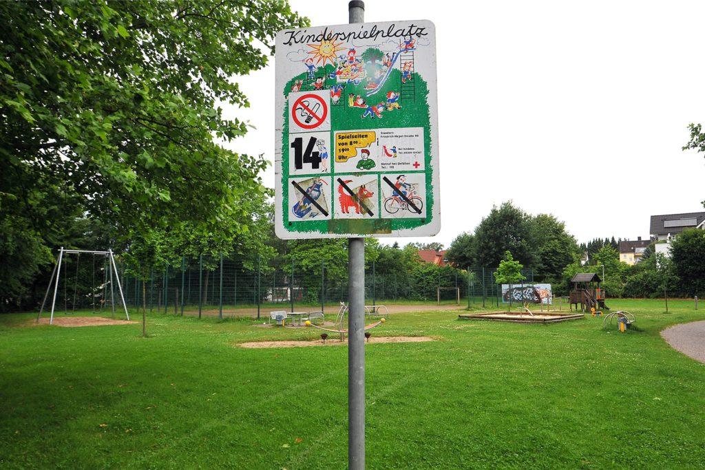 Mehrgenerationen-Spielplatz Friedrich-Hegel-Straße: Jugendliche über 14 Jahren sind hier laut Beschilderung nicht erlaubt.