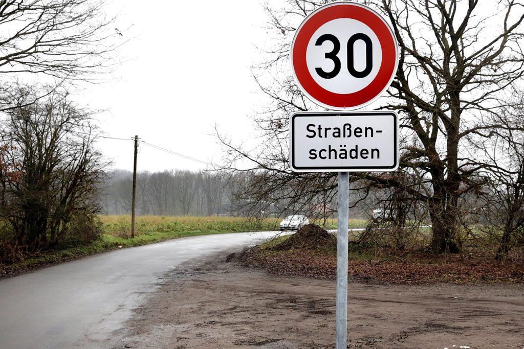 Auf Zum Ikenkamp gilt Tempo 30. Die Straße ist in keinem guten Zustand.