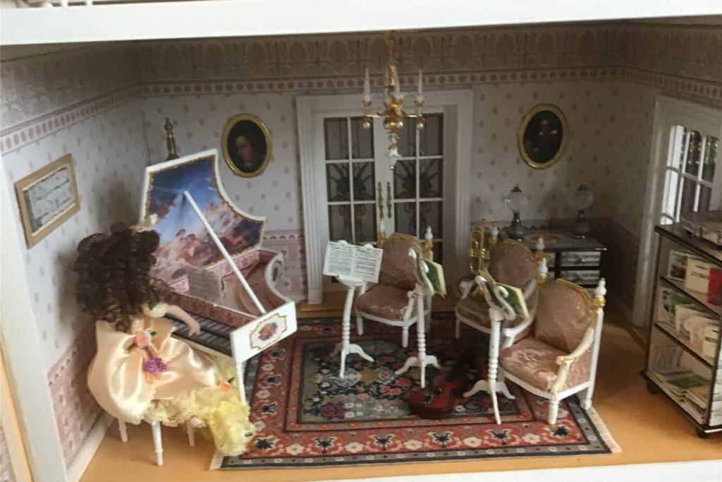 Das Cembalo hat Stordeur freihändig nach historischen Bildern erstellt. Die Puppen im Haus wurden ihr geschenkt.