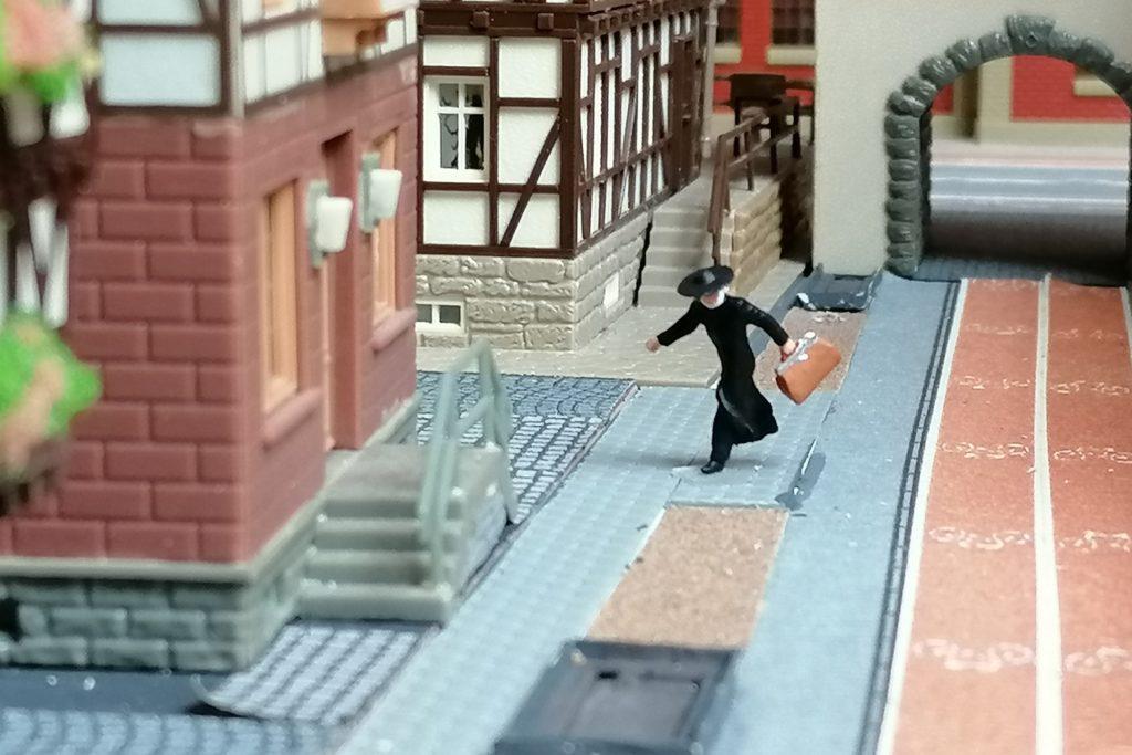 Schnell huscht der Pfarrer aus dem Remigiusbräu-Keller zum Pfarrhaus.