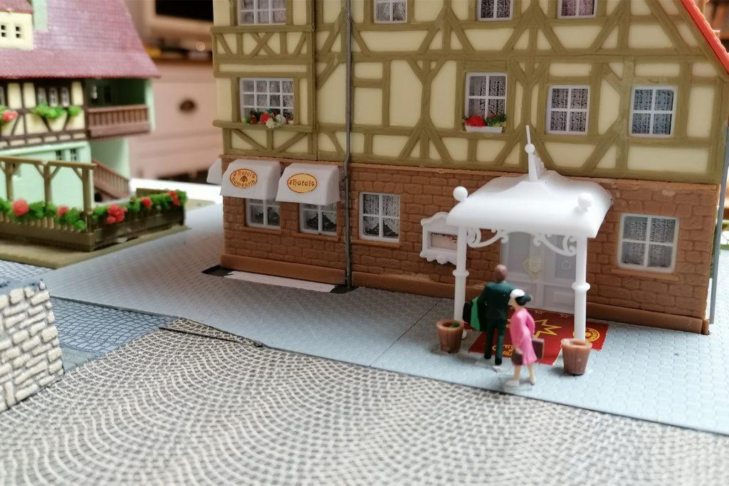 """Das Romantik-Hotel """"Königshalt"""" ist beliebt. Paare kommen gern mal übers Wochenende und genießen die regionale Spitzenküche der Hotel-Gastronomie und einen guten Tropfen im benachbarten Weinhaus (l.)."""