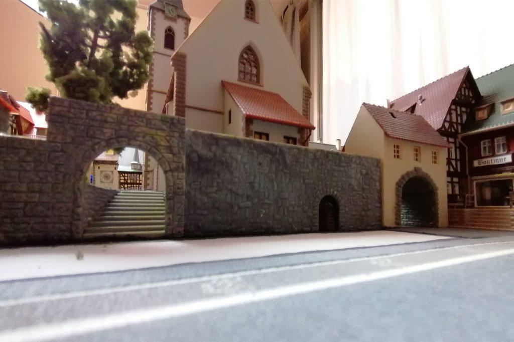 Unterhalb des Kirchenhügels an der Hauptstraße liegt der Eingang in den Remigius-Bräu-Keller. Davor entsteht ein Biergarten.