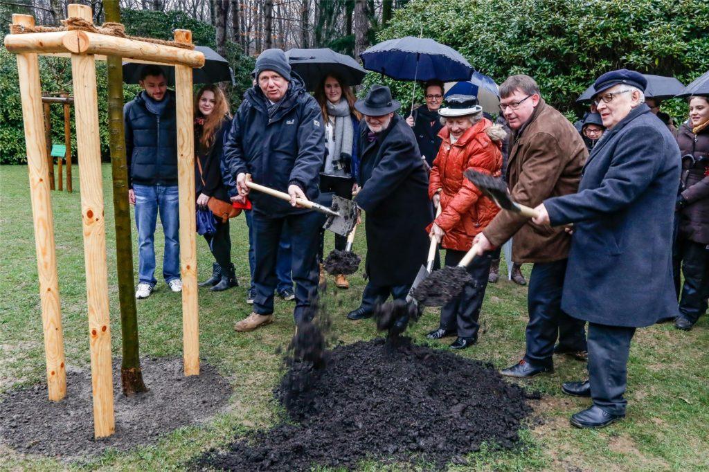 2016 wurde der zweite Apfelbaum in der Nähe des Mahnmals gepflanzt.