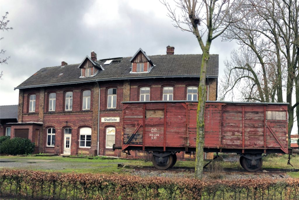 Kein Schmuckstück: der alte Güterwaggon vor dem ebenfalls renovierungsbedürftigen Bahnhofsgebäude.