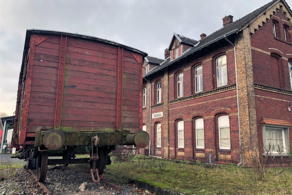 Endstation Zerfall: der Güterwaggon vor dem Bahnhofsgebäude in Stadtlohn