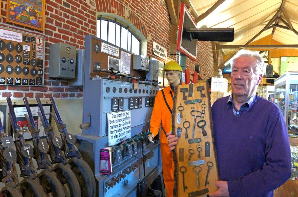 Heinz Garwer in der Ausstellung des WLE-Eisenbahnmuseums mit einer Schlüsselsammlung für Lokomotiven und Eisenbahnwaggons.