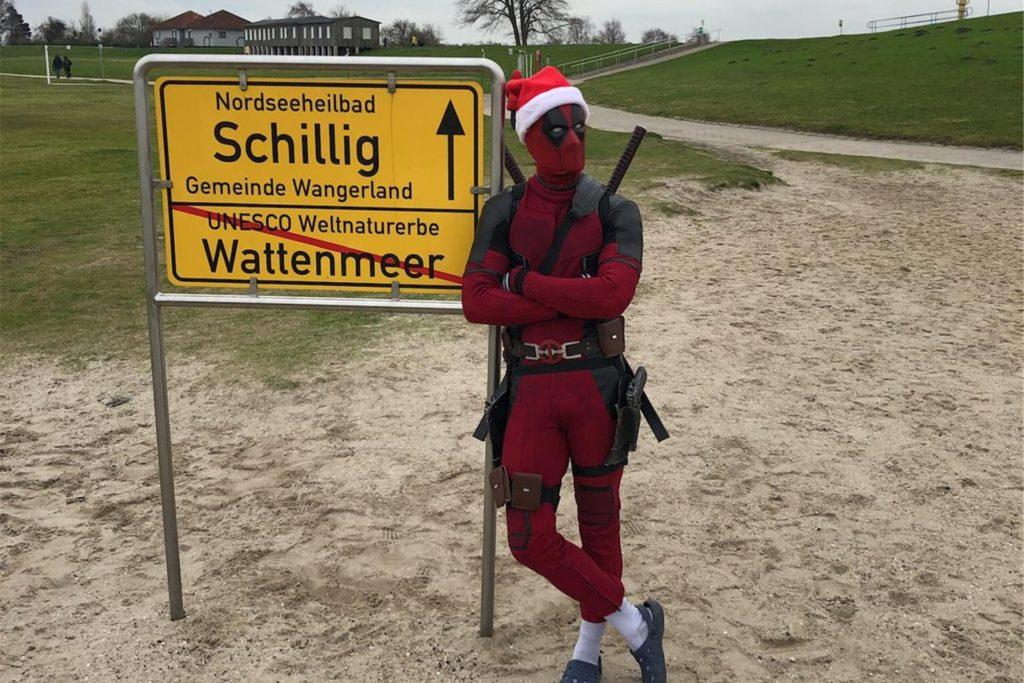 Mit seinem Deadpool-Kostüm ging es für Alexander Ruscher Ende 2020 bis an die Nordsee.