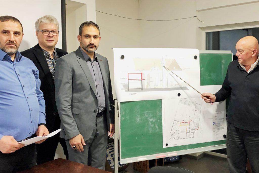 Mustafa Coban (Moscheevorstand), Christian Löer (Architekt), Yasin Kadioglu (Imam), Axel Steinau (Architekt, von links) bei der Vorstellung der Pläne für den Moscheeumbau.