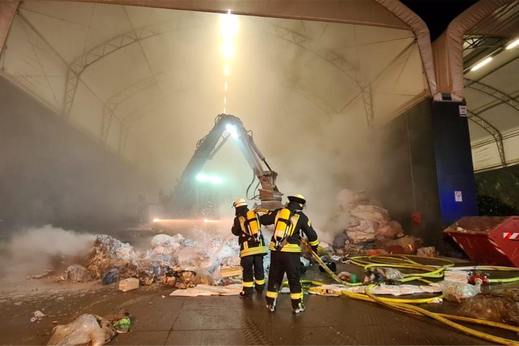 Weitere Trupps löschten die auseinandergezogenen Müllberge mit einem Wasser-Schaumgemisch ab. Immer wieder kontrollierte der Angriffstrupp unter Atemschutz mit der Wärmebildkamera den Löscherfolg.