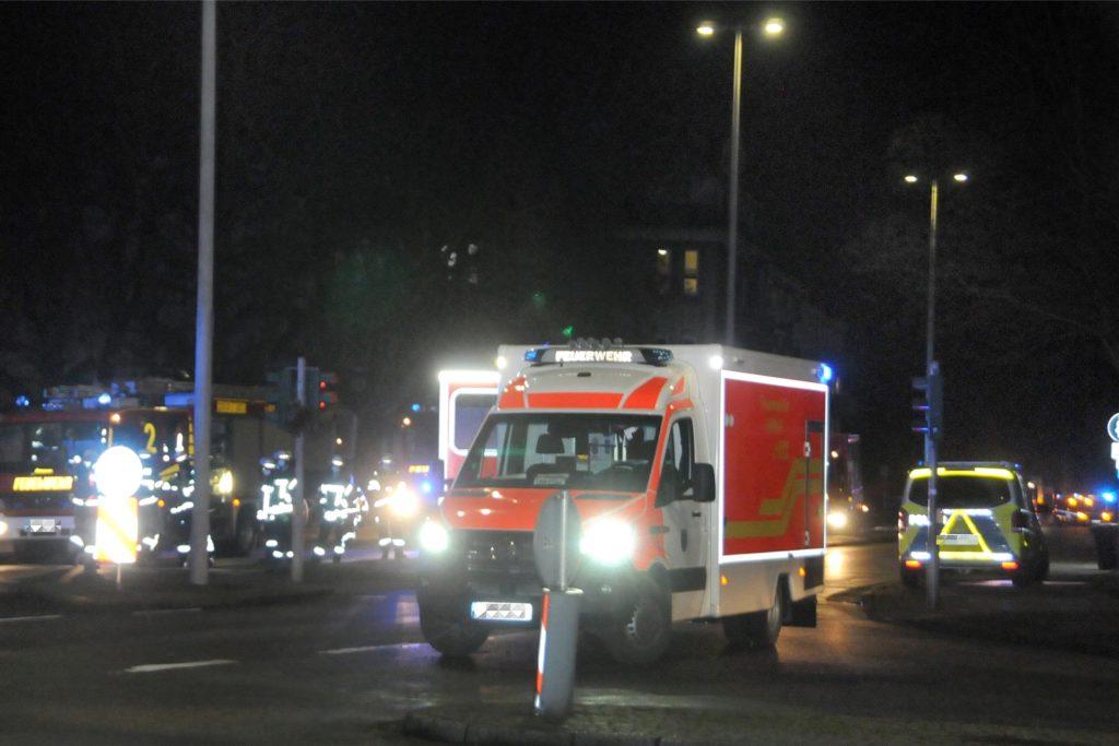 Drei Rettungswagen - zwei waren zur Unterstützng aus Unna angefordert worden - brachten Verletzte in die Krankenhäuser.