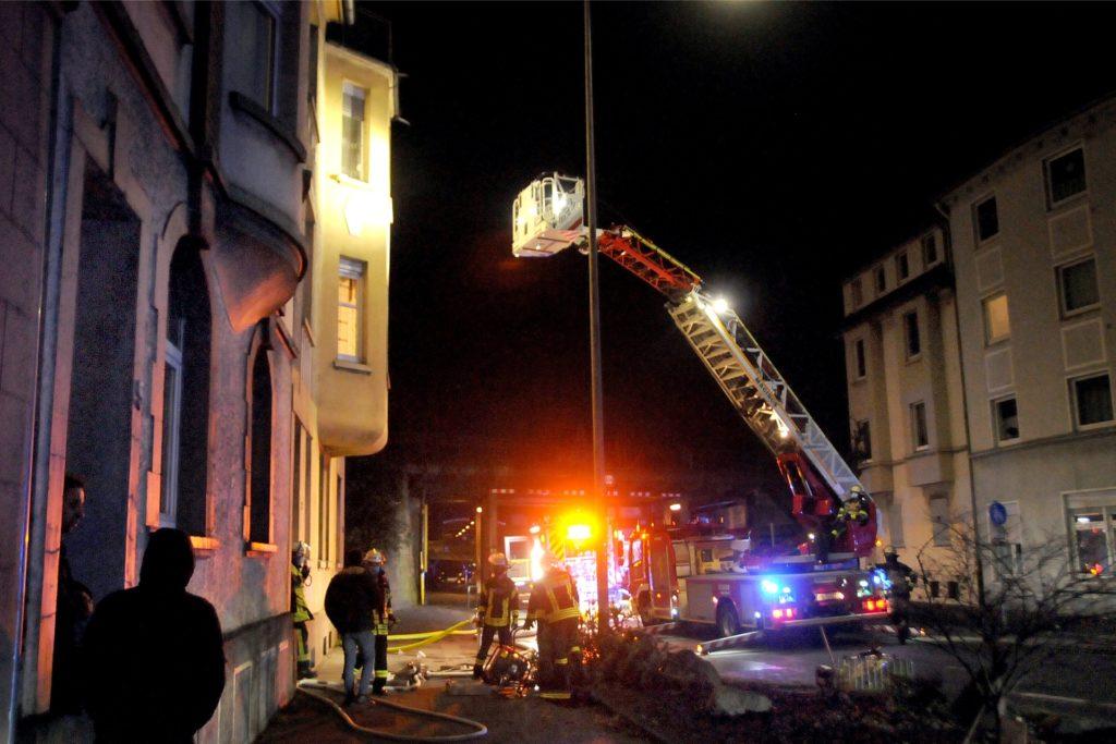 Die Feuerwehr brachte die Drehleiter vor dem Altbau an der Hörder Straße in Stellung, wo der Brand im zweiten Obergeschoss ausgebrochen war.