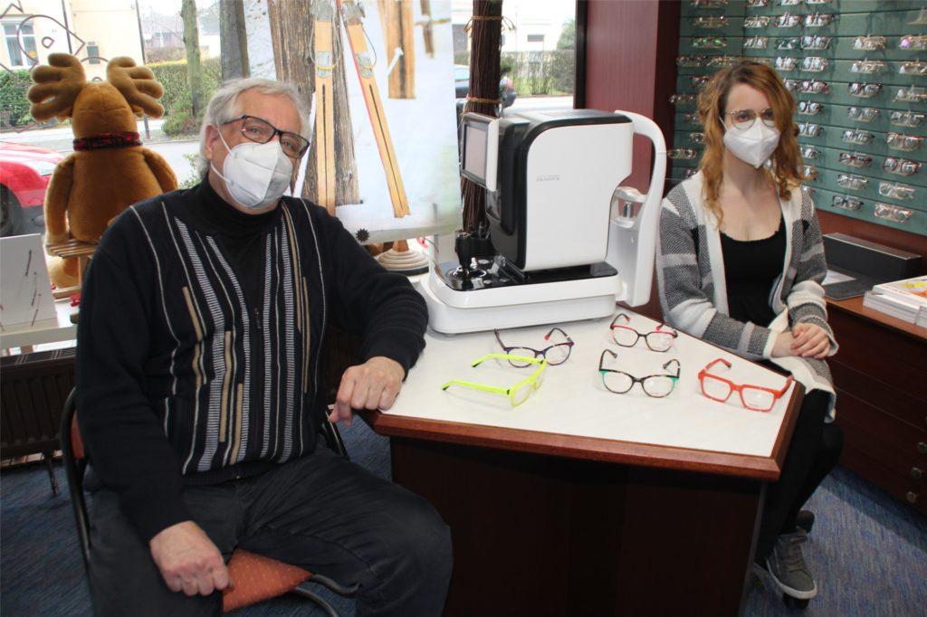 Rebecca Frank (l.) und Johannes Wollny können auch in der Corona-Zeit noch ihren Job als Augenoptikermeister nachgehen und Kundenwünsche für Sehüberprüfungen und neue Sehhilfen befriedigen.