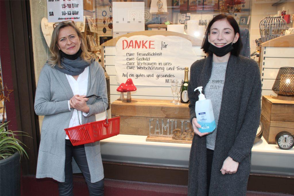 Drogistin Vera Pieper (l.) und Azubi Laura Bick hoffen auch in der Corona-Zeit auf die Unterstützung der Kunden und Kundinnen.
