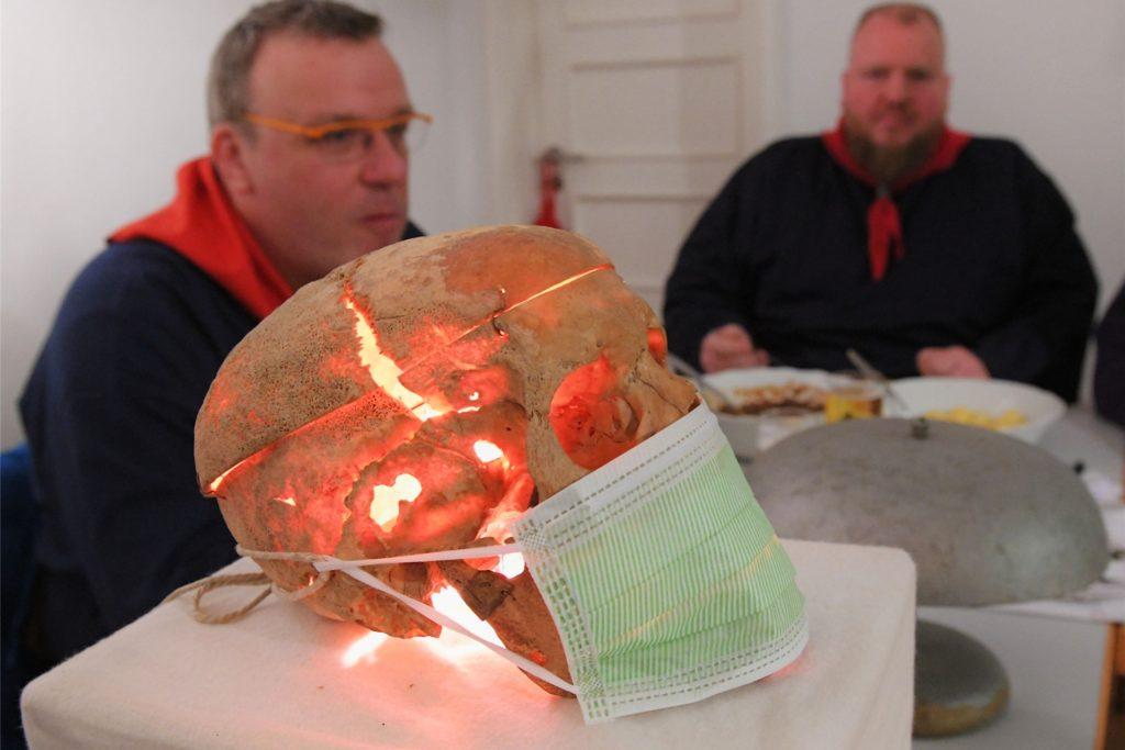 Im vergangenen Jahr hatten die Nachbarn vom Westeneicken beim Sup Peiter noch über Corona gescherzt und dem Totenschädel ihres verblichenen Amtmanns Uffelmann auf dem Richtertisch eine Mund-Nasen-Maske verpasst.