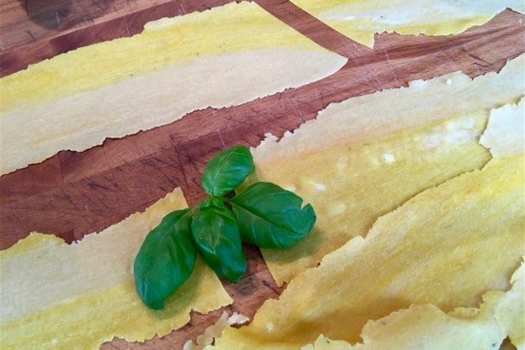 Selbstgemachter Pastateig lässt sich mit Gewürzen prima einfärben. Das schmeckt und sieht gut aus.