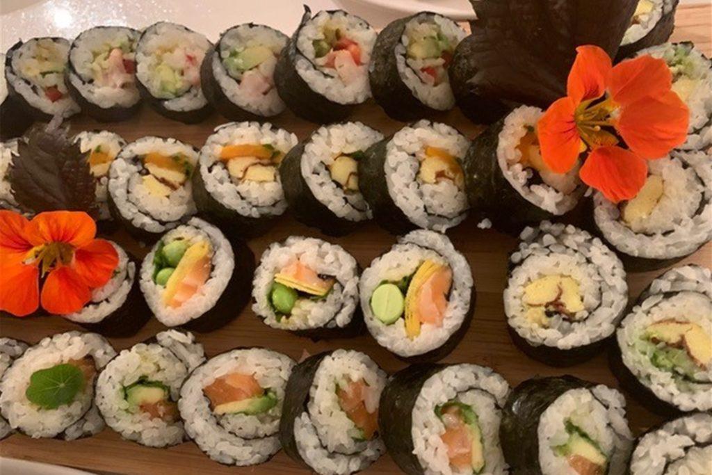 Sushi muss man nicht unbedingt mit Fisch füllen. Kinder mögen die Röllchen mit Gurke oder Fleisch.