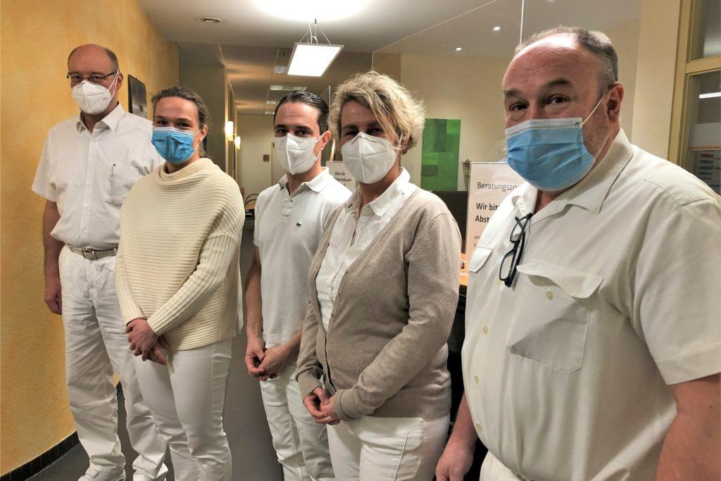 So sieht das komplette Ärzteteam in der HNO-Praxis an der Flughafenstraße 4 demnächst aus (v.l.): Klaus Michael Pape, Kathrin Kroll, Tobias Kroll, Barbara Pieper und Wolfgang Hanschke