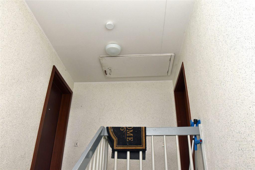 Hier im oberen Stockwerk sollen die Brandschutzvorrichtungen sein. Der Rauchmelder ist damit jedoch nicht gemeint.