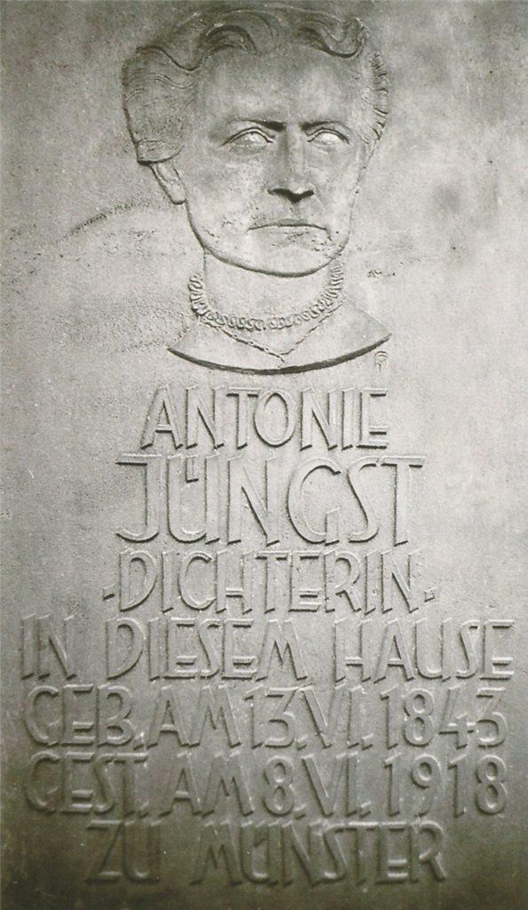 An ihrem Geburtshaus, der heutigen Steinstraße 6, hängt eine Gedenktafel. Neben ihrem Konterfei wird die Tafel durch Schriftzug und Geburts- sowie Sterbetafel geziert.