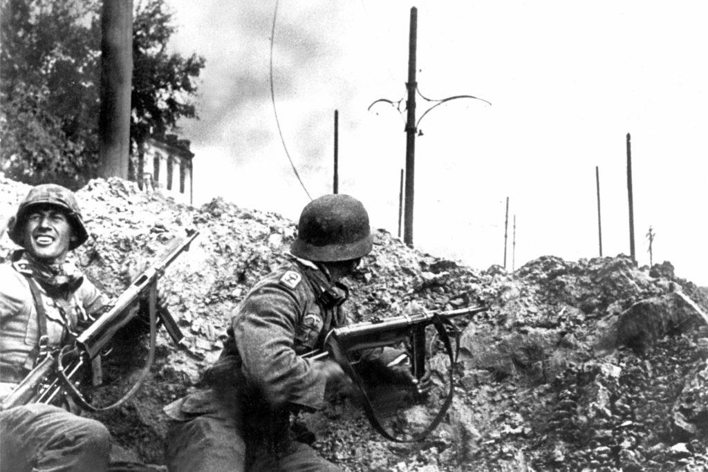 Deutsche Infanterie bei den Straßenkämpfen um Stalingrad (undatiertes Archivfoto). Lissner wurde 1945 eingezogen und musste um die Stadt Berlin kämpfen.