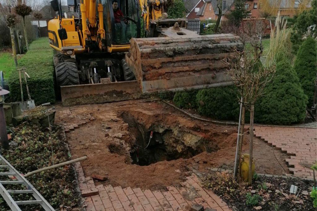 Am Ende half nur schweres Gerät: Mit einem 14-Tonnen-Bagger musste die verstopfte Stelle freigelegt werden. Dabei war es zunächst gar nicht so einfach, das Rohr in dem weitläufigen Garten überhaupt zu finden.