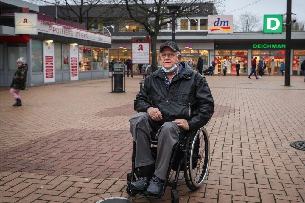 Trotz seiner Behinderung ist Jan Olaszek viel unterwegs, etwa zum Einkaufen im Scharnhorster EKS. Dort kann er aber derzeit keine Toilette nutzen.